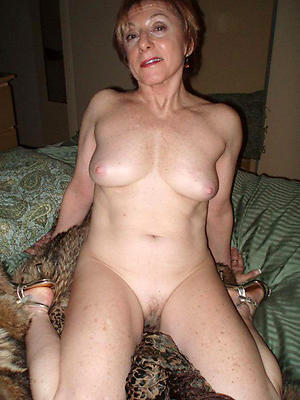 amateur housewife pussy posing nude