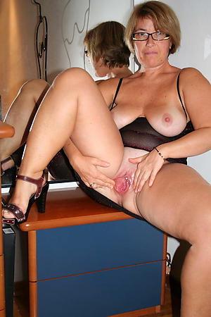 mom pussy posing nude