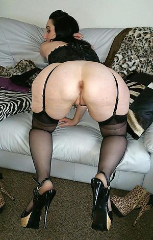 sweet granny ass posing nude
