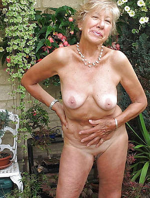 free mature open-air posing nude
