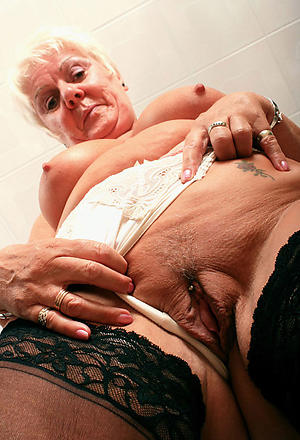 amateur granny playing with pussy