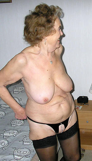mature women solo posing nude