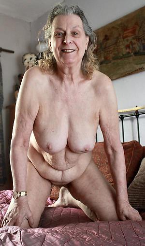 saggy boobs mature posing bare-ass