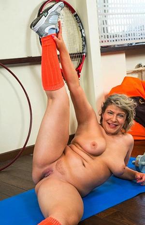 granny materfamilias posing nude