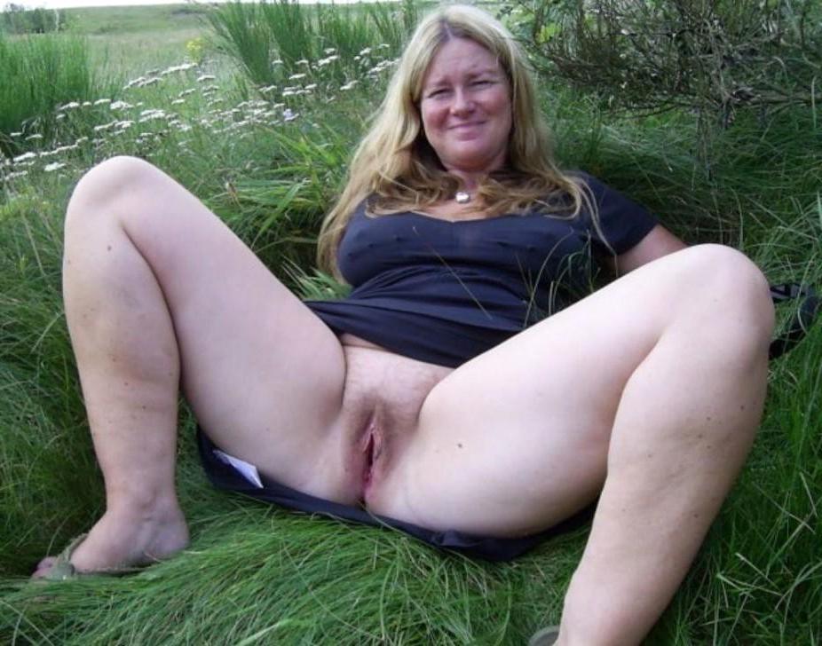 Old vulva posing nude